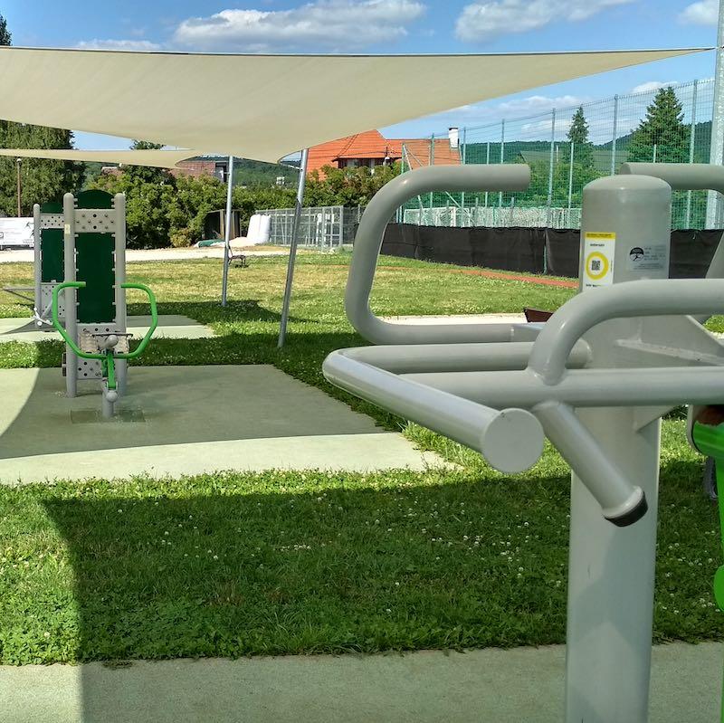 Eddz Okosan QR-kód matricák szürke színű fitneszpark gépeken