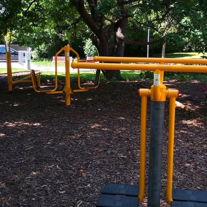 Eddz Okosan QR-kód matricák narancssárga színű fitneszpark gépeken