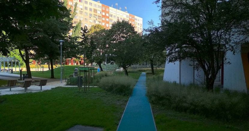 Holdudvar park kék rekortán futópályájának egy szakasza