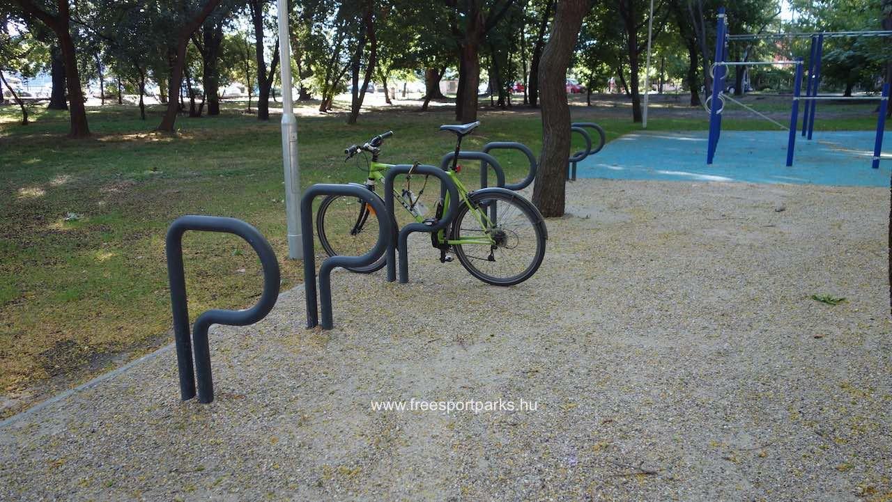 kerékpártároló a kondipark mellett