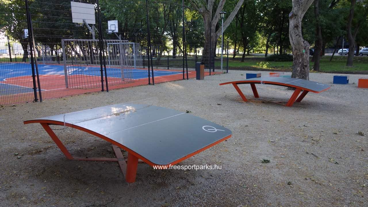 Teqball asztalok a labdapálya előtt