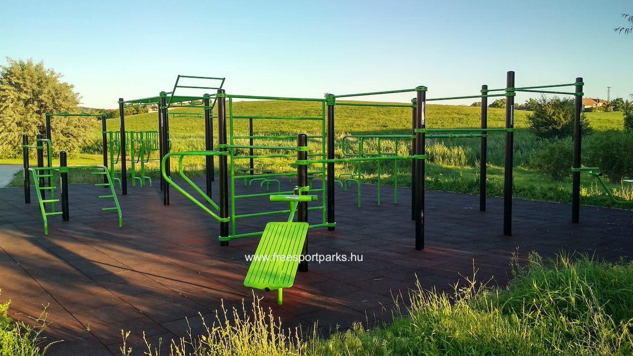 kondipark (Street Workout Park) háttérben a zöld dombbal