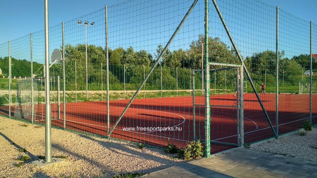 kosárpálya és focipálya hálós kerítéssel