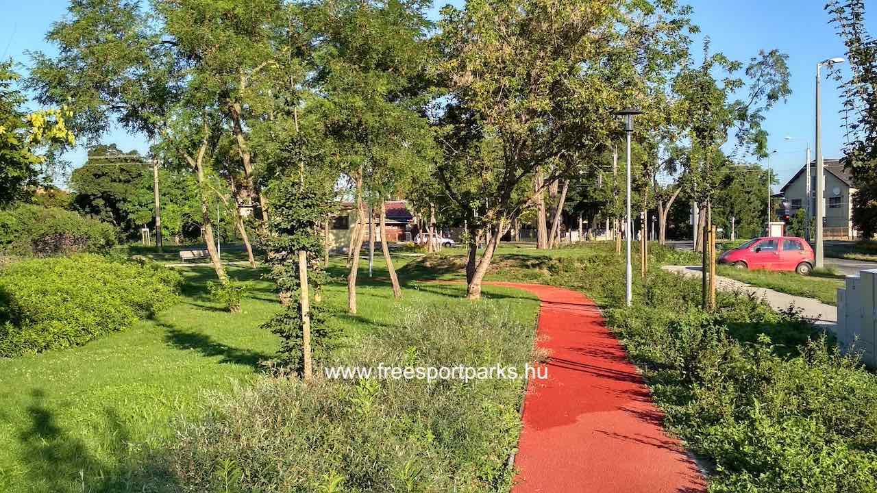 a futópálya a fák árnyékában is elhalad