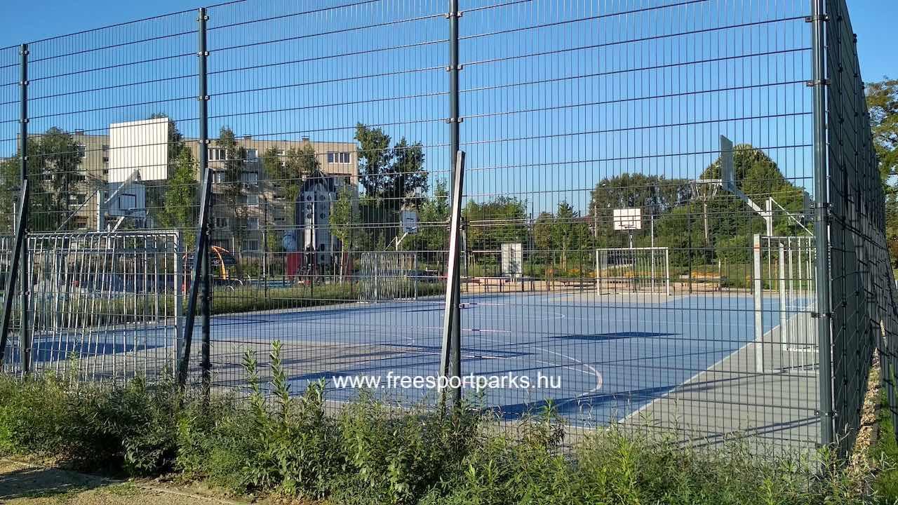foci- és kosárlabdapálya rácsos sportkerítéssel