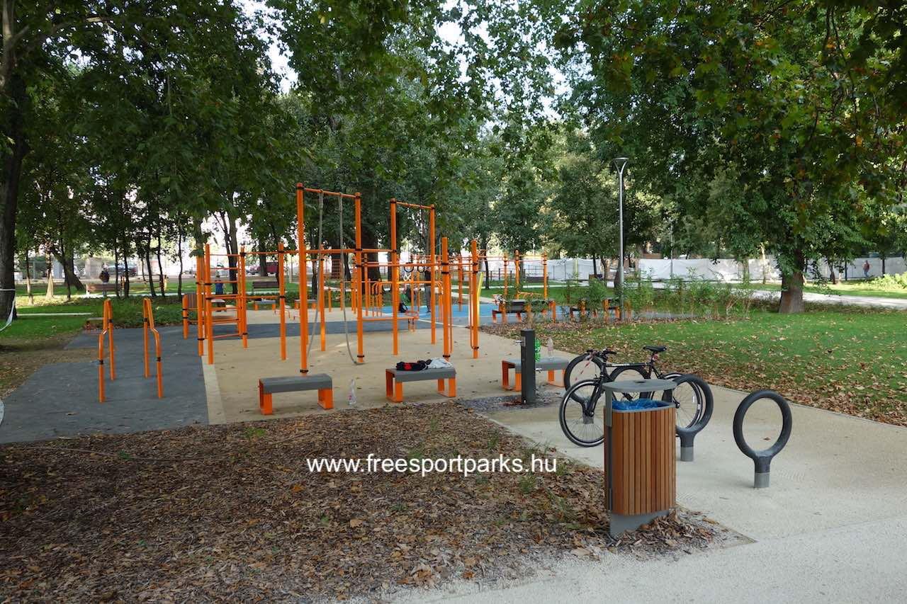 Vársoligeti Sportcentrum nagyobb kondiparkja kerékpártárolóval és ivókúttal