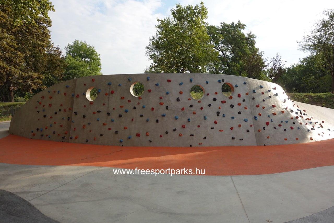 a Városligeti Sportcentrum mászófala a pool mögött