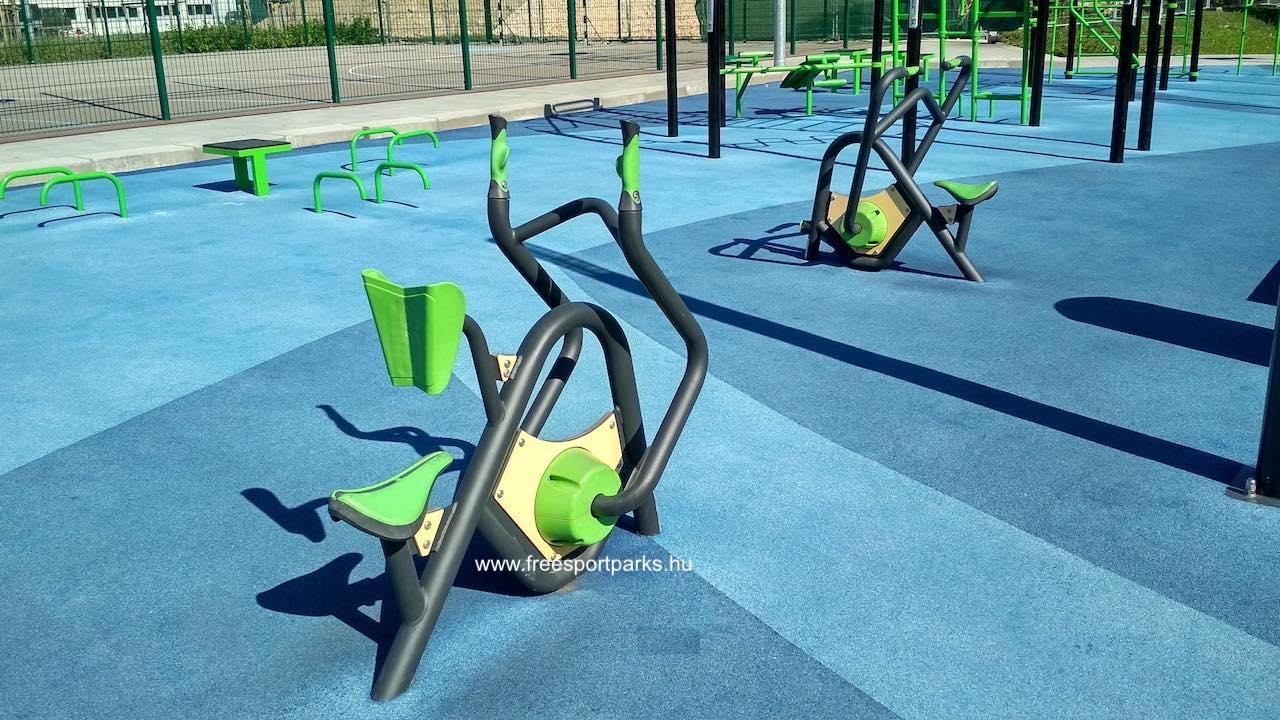 mini fitneszpark mellgéppel és evezőgéppel