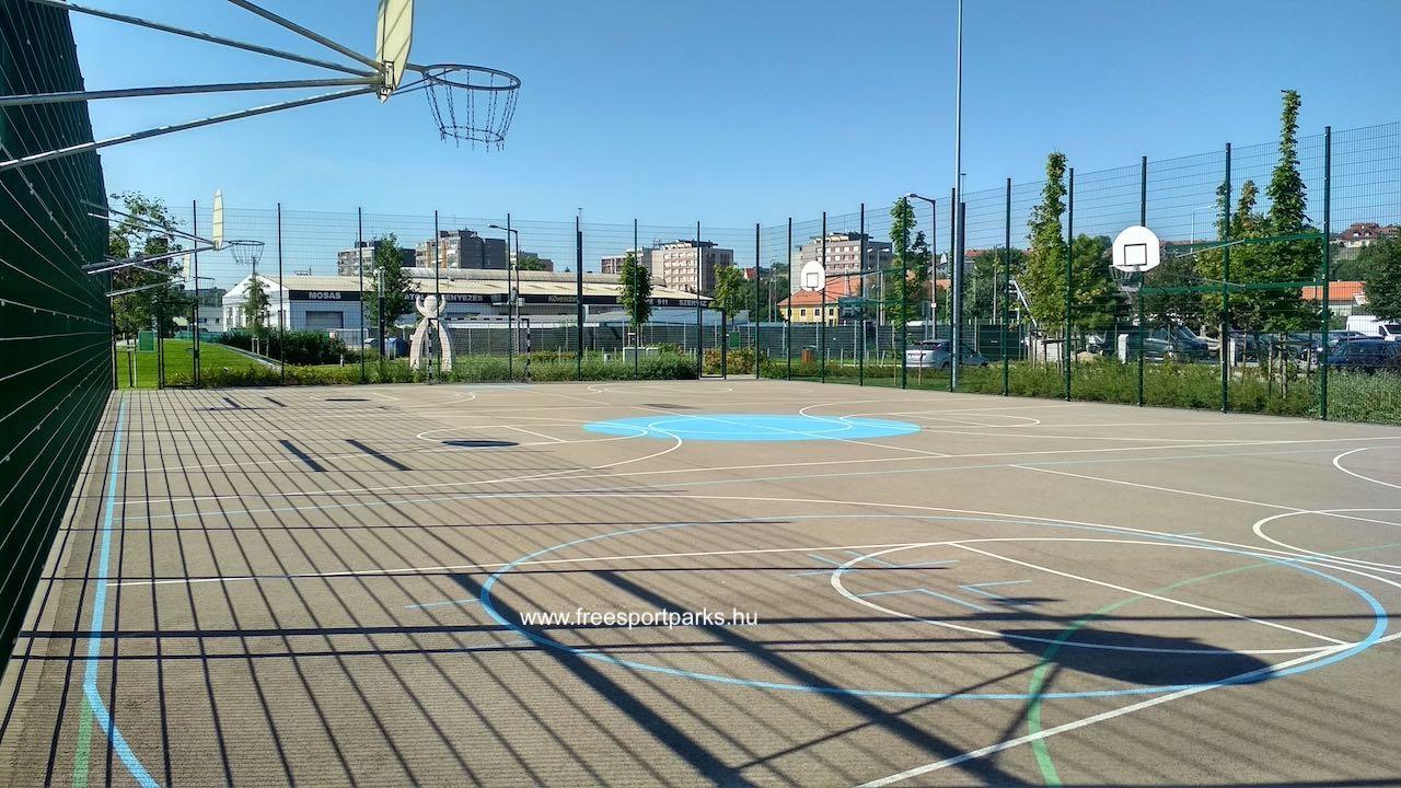 multisportpálya és pályavonalai: fehér-kosár, zöld-foci, kék-görhoki