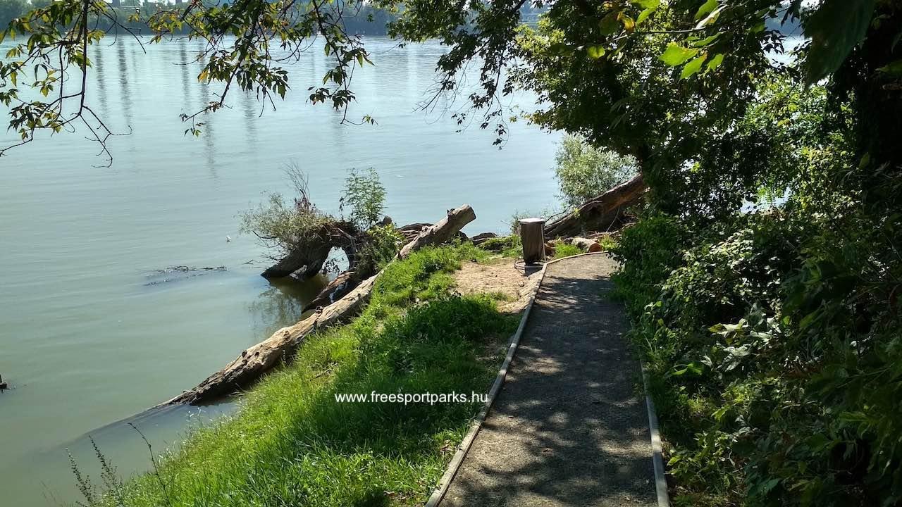 sétány vezet le a Natura 2000 besorolású Duna-partra