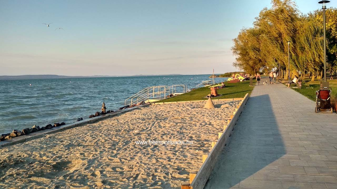 Homokos és füves partszakasz a Platán strandon