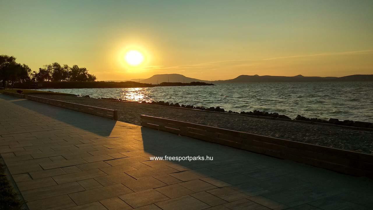 naplemente a balatonboglári Platán strand partjáról