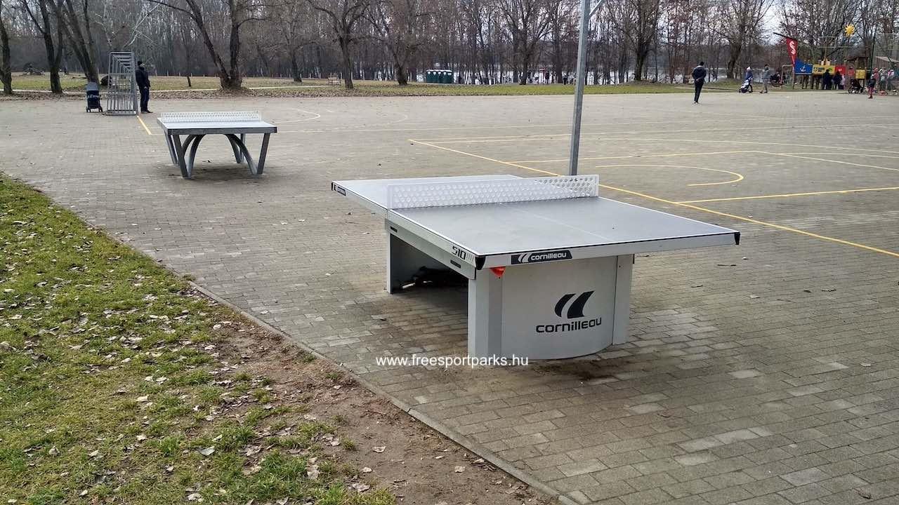 Ping-Pong asztalok kövezett talajon