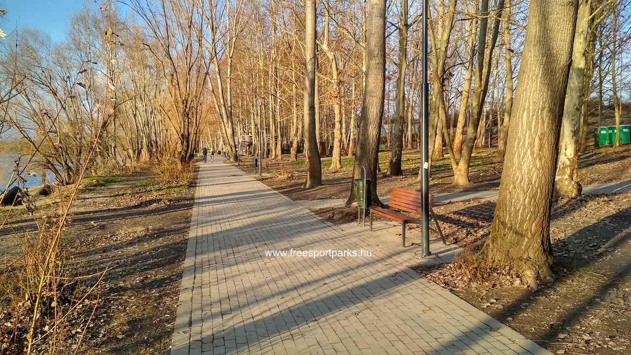 Kövezett sétány pihenőpadokkal a Dunakeszi Szabadstrandon