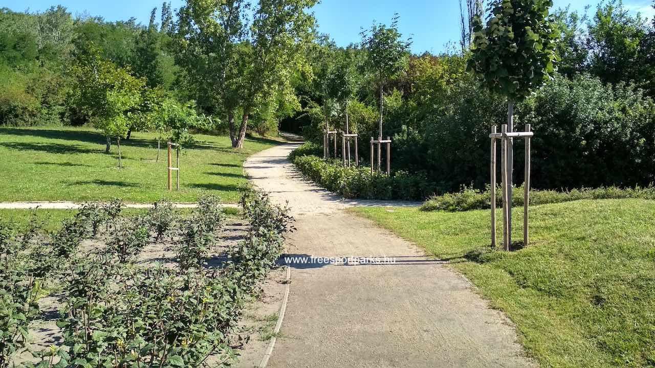 díszkert a sétány mentén