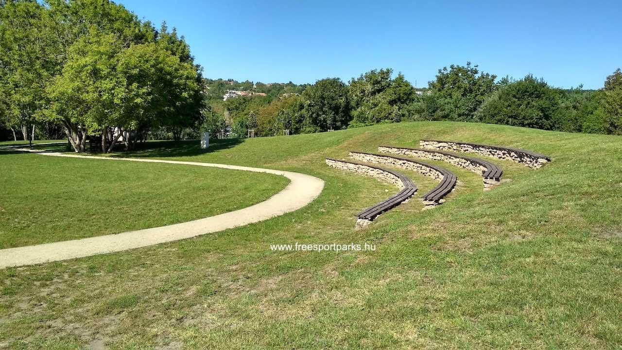 Meszkő park nyitott része zöld gyeppel
