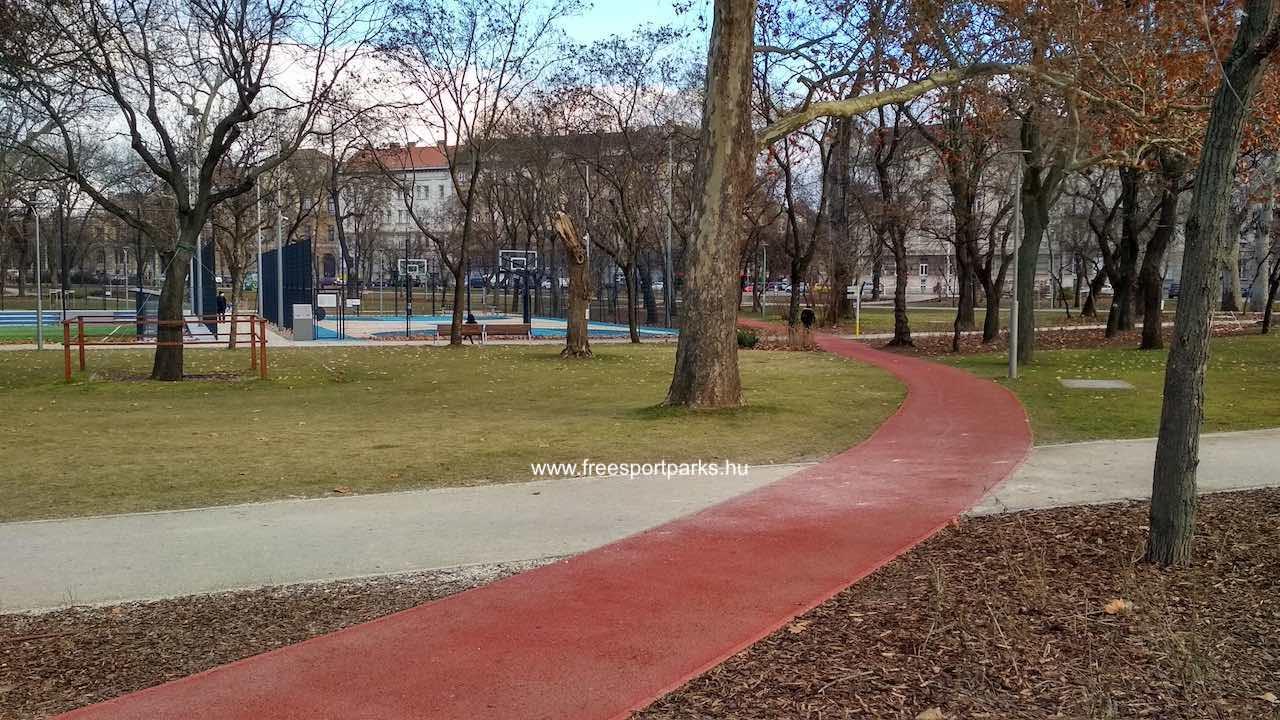 az első kanyar a Sportcentrum oldalához vezet a Kosárlabda pálya mellé