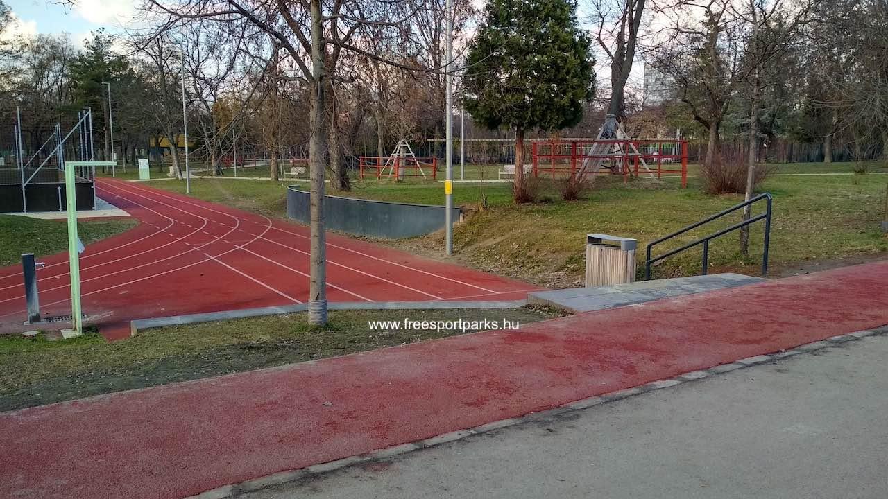 Ifjúsági sportpályáknál ivókút és szemetes