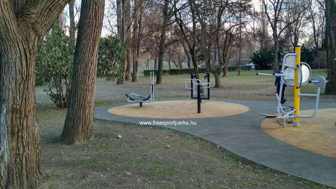 gumiburkolatú fitneszpark a városligeti futópálya mellett