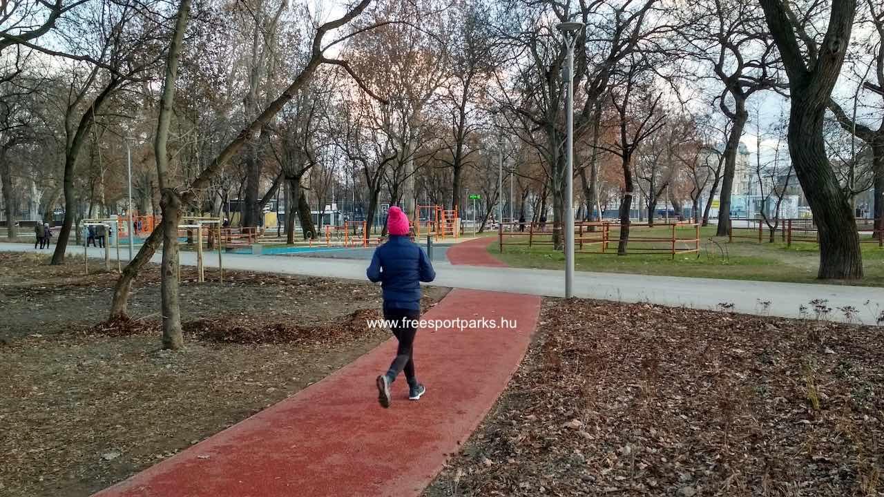 a cél előtt a promenádról keresztezi a sétány a futókört
