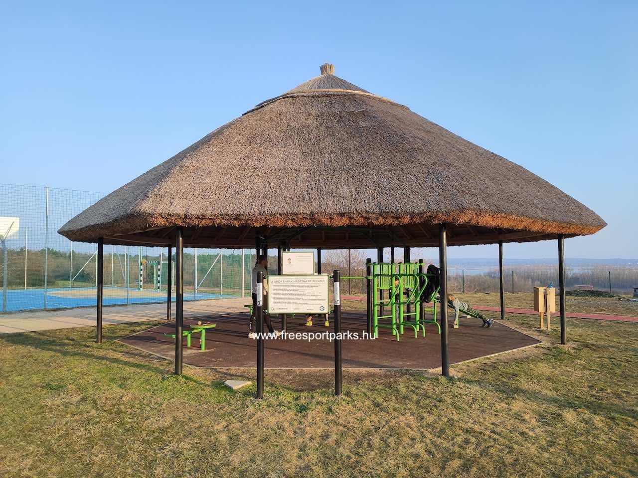 nádtetős kondipark a Sukoró sportparkban