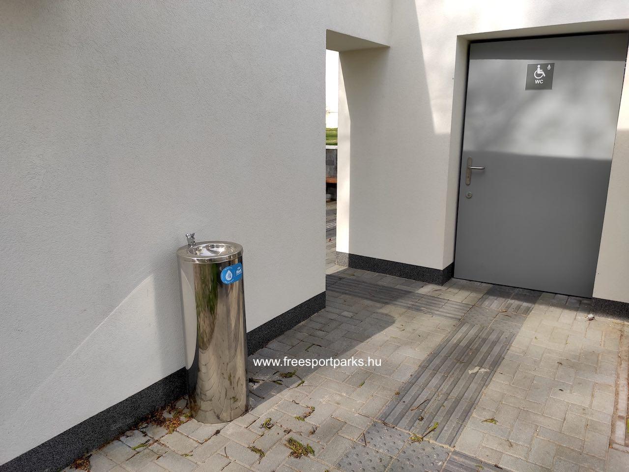 ivókút a vizesblokk hátsó oldalán a mozgáskorlátozott toalettnél a Palotavárosi szabadidőparkban