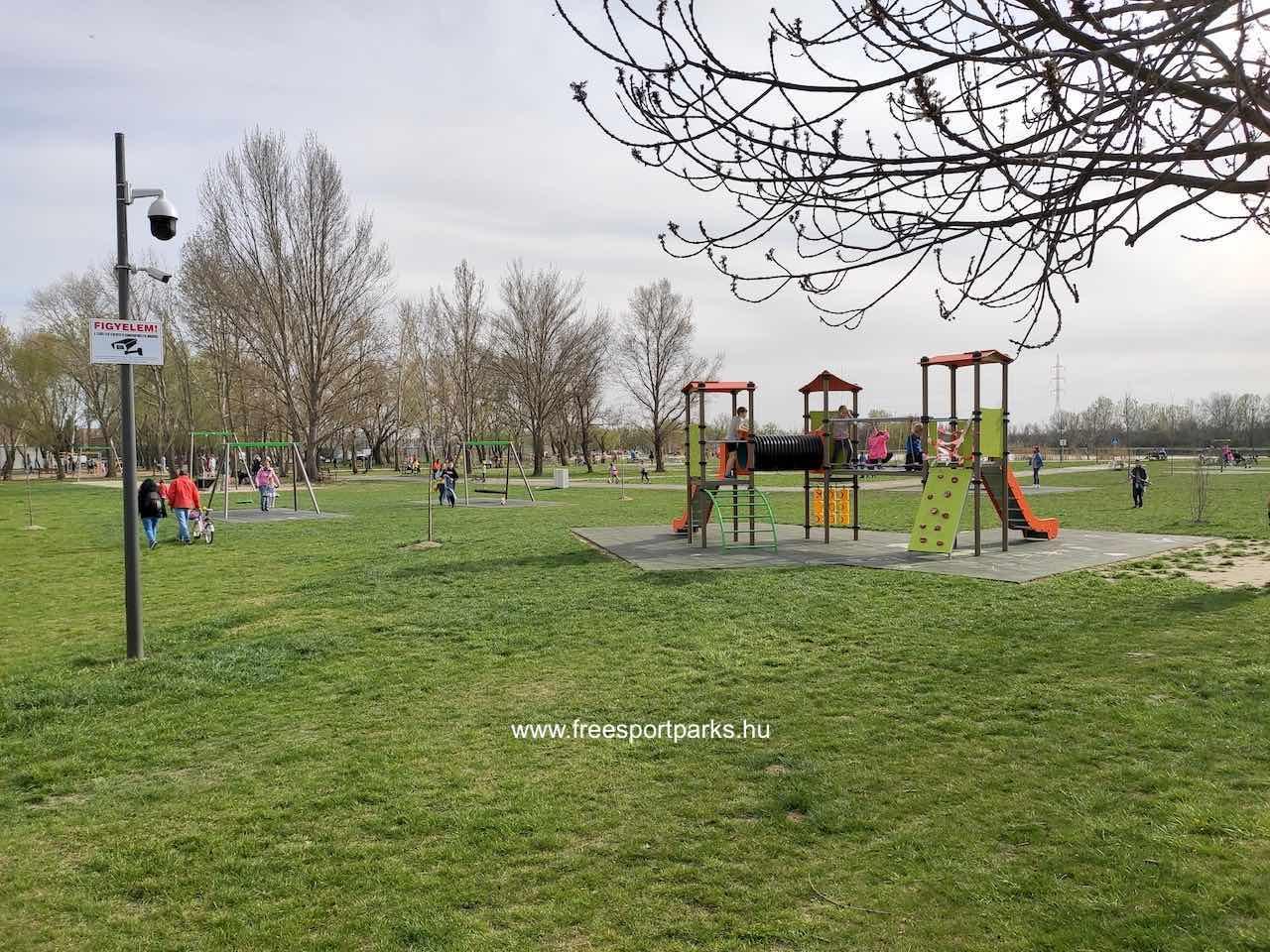 játszótéri eszközök a Palotavárosi szabadidőpark zöld területén